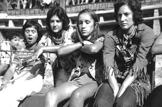 1971. En la plaza de toros, las amigas Emilia Mari Lamaisón, Mª Asun Domblás, Puy Santamaría y Begoña Azanza.