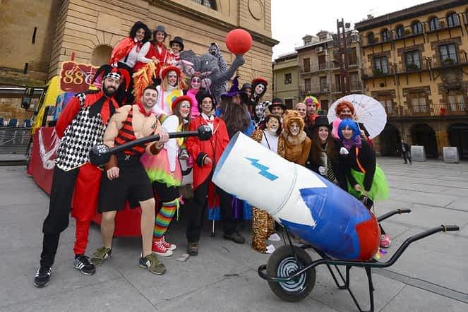Integrantes de la quinta de 1988, organizadores del concurso de carrozas, dieron vida a un completo y llamativo circo.