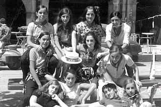 1973. Foto de cuadrilla. Arriba, Emilia Mari Lamaisón, Mª Asun Domblás, Mari Carmen Sádaba y una cuarta amiga. En el centro, Mariví Elisalt, Maite Ancín y Begoña Azanza. Sentadas en el suelo, Isabel Riezu, Puy Santamaría y Puy Zugasti.
