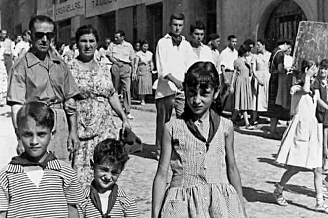 FOTOS ANTIGUAS1958. Los hermanos Ángel, José Manuel y Conchi Carretero en la cuesta Entrañas, delante del Taller de Afilado Casanellas.