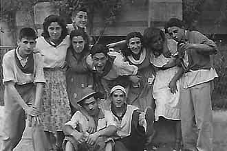 Cuadrilla de amigos en fiestas de Estella con los pañuelicos atados al cuello.
