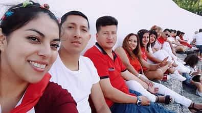 En la plaza de toros, el grupo de amigos formado por Yadi, Jorge, Stalin, Lupe, Brigite y Sonia. Fiestas de Estella de 2019.