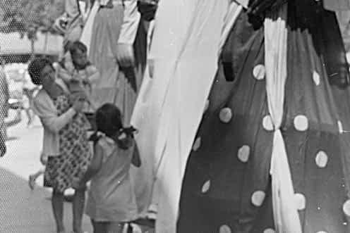 1968. En la imagen los gigantes y al lado Carmen Montoya con sus hijos Ana y Víctor.