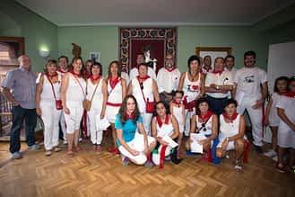 Representantes de las diferentes asociaciones de Arróniz en el momento de la entrega de subvenciones.