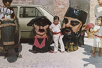 Fiestas 1979. Sergio San Vicente Astarriaga custodiado por los cabezudos.