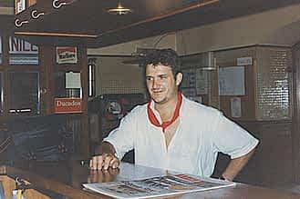 Fiestas de 1981. Momento de relax de Paco Aguilella, en la cervecería Ega, leyendo el periódico.