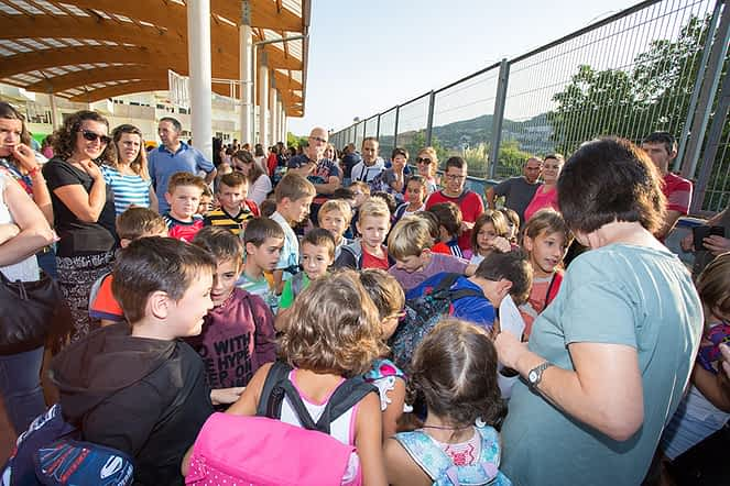 Los alumnos de una de las clases atienden a la maestra, que les guiaría hasta su nueva aula.
