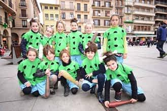 Alumnas del Mater Dei disfrazadas de bebés Picapiedra.