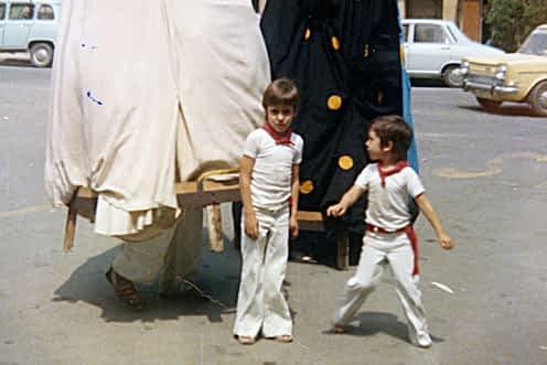 Fiestas de 1977. Los hermanos Raúl y Roberto López, con 6 y 4 años, respectivamente, junto a los gigantes de la comparsa antigua en la zona del ayuntamiento.