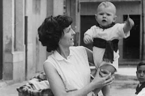 1958. Carmen Montoya con su hijo Juan Ángel Napal Montoya en brazos, durante las fiestas de Estella.