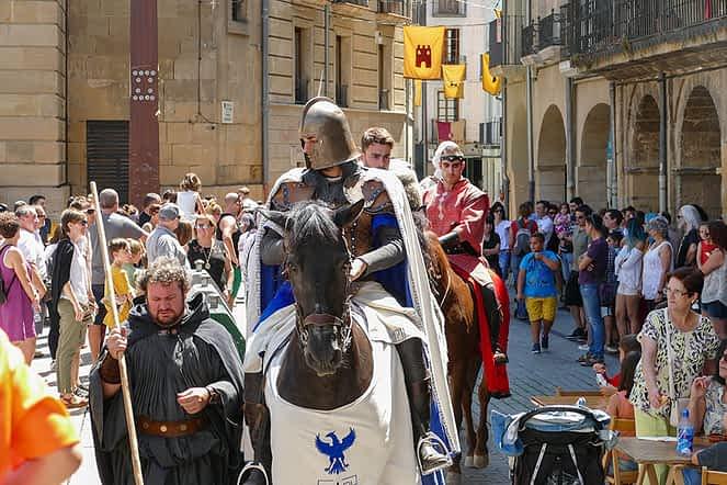 Caballeros medievales recorrieron las calles de la ciudad.