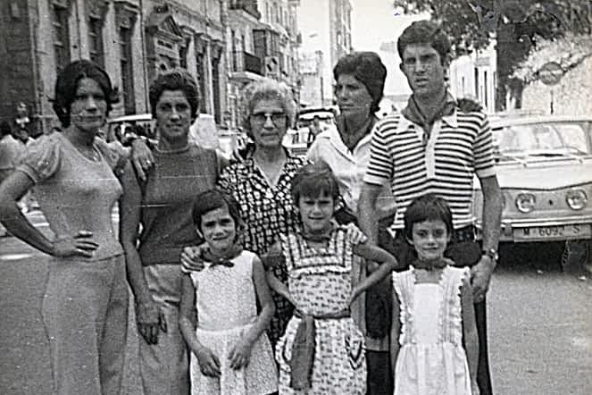 Fiestas de 1974. De izda. a dcha., de pie, Mª Ángeles Mañeru, Mª Mañeru, Dolores Belda, Meli Mañeru, José Mari Villar. Debajo, Margari Mañeru, Begoña Astarriaga y Meli Mañeru.