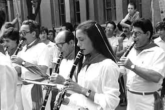 1983. En primer término, Ana Mañeru, la primera mujer en la historia de la banda de Estella. A la izquierda, Miguel Abáigar y, a la derecha, Antonio Abáigar.