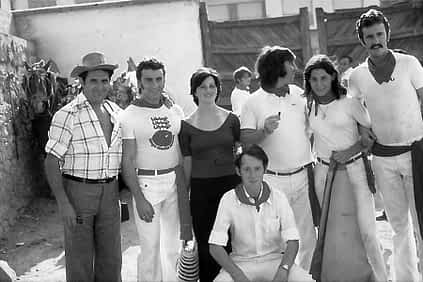 Foto de grupo en el coso estellés, con las mulillas al fondo.