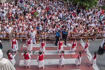 Imagen panorámica del grupo de Danzas Virgen del Puy y San Andrés tomada desde el balcón consistorial el Viernes de Gigantes. Fiestas de Estella de 2019.