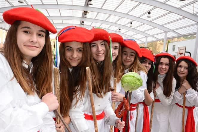 Momentos previos al inicio del desfile de los Palokis, en el patio de Lizarra Ikastola.