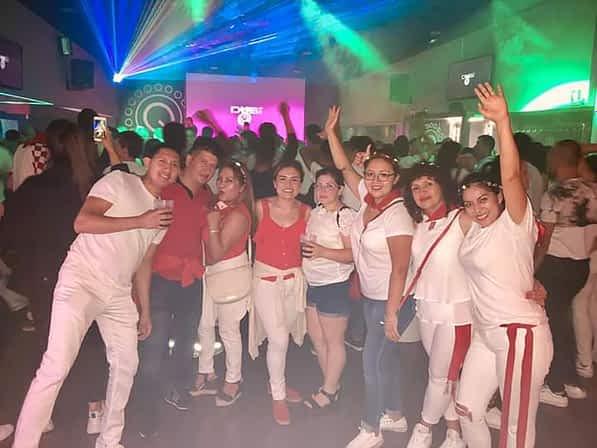 Los amigos Jorge, Stalin, Lupe, Paty, Mayra, Karla, Sonia y Yadi, en el café-teatro Gavia. Fiestas de Estella de 2019.