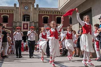 Un momento de la actuación del grupo de Danzas Virgen del Puy y San Andrés, tras el lanzamiento del cohete. Fiestas de Estella de 2019.
