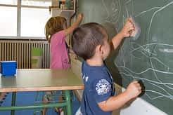 Algunos alumnos no perdieron el tiempo y se pusieron a dibujar en la pizarra.