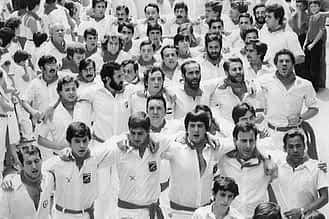 1980. Pañuelada de los jóvenes. Entre los mozos, los hermanos Toño y José Ramón Sanz.