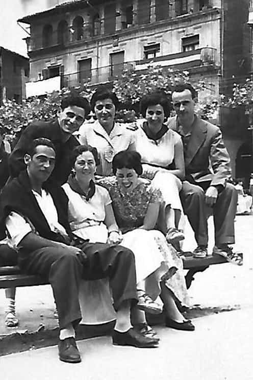 Cuadrilla de amigos posando en la plaza de los Fueros.
