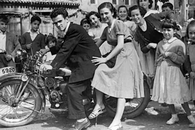 Década de los 50. En la imagen Carmen Montoya y su hermano Rodolfo Montoya subido en una moto y rodeados de jóvenes.