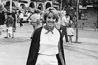Década de 1960. Milagros López Arruti en la plaza de los Fueros.
