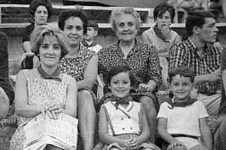 1970. Detrás, Consuelo López junto a su madre María Arruti. Delante, Milagros López, su hija Ana Espiga y su sobrino Fernandito.