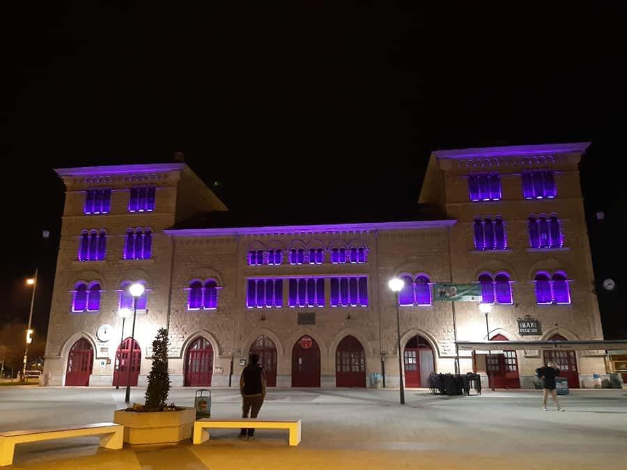 Nuevo sistema de iluminación en la fachada de la estación para conmemorar días señalados