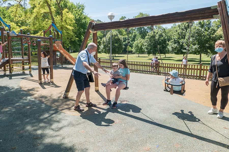 Los más pequeños vuelven a divertirse en los parques infantiles