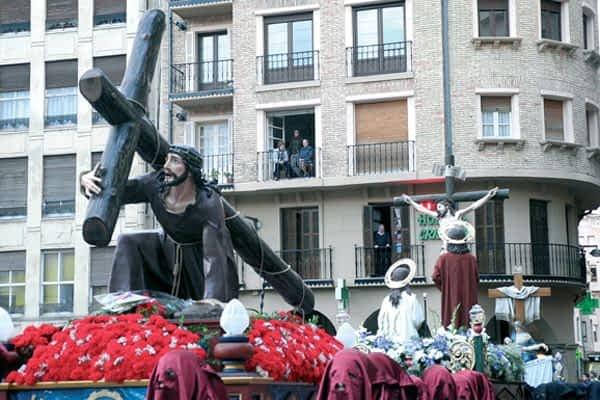 Una procesión más corta revivió la muerte de Cristo