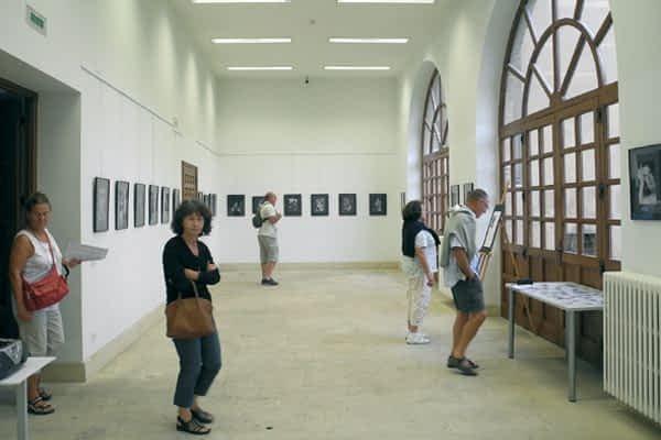 Treinta y cinco retratos en blanco y negro componen la muestra 'Miradas'