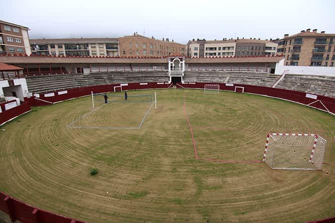 La plaza de toros se acondiciona para la práctica de deportes de playa