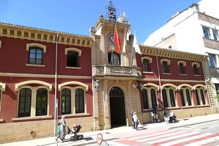 Las banderas del ayuntamiento de Estella no ondearon a media asta el primer día