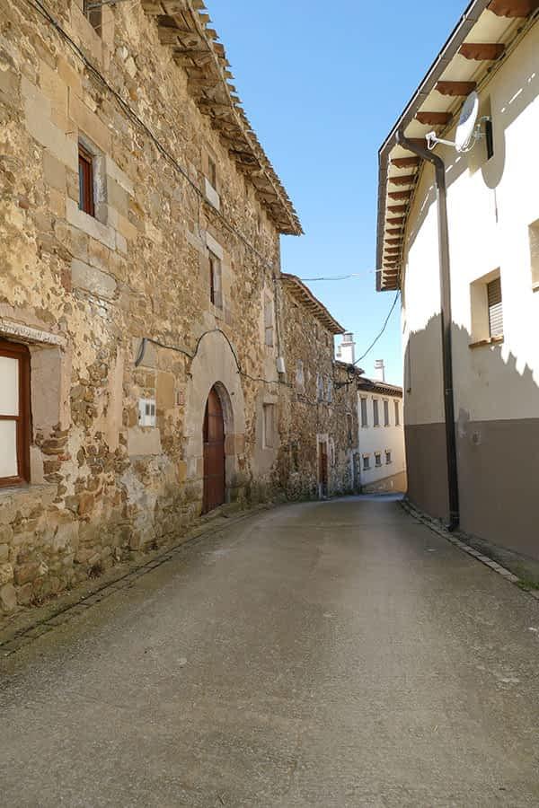 Las calles del pueblo destacan por algunas casas blasonadas, con grandes portalones arqueados del siglo XVI.
