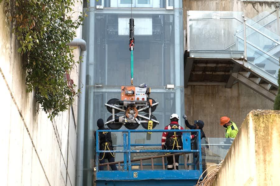 Sustitución de varios cristales del ascensor de San Pedro