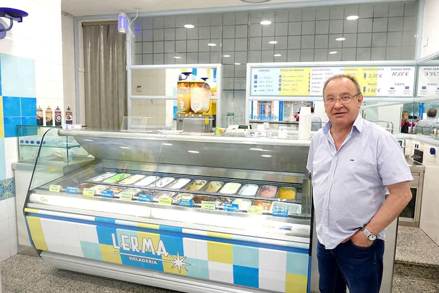 """ENTREVISTA – Jesús López Gastón, heladero – """"Me llevo la felicidad de los clientes. Un helado siempre hace sonreír"""""""