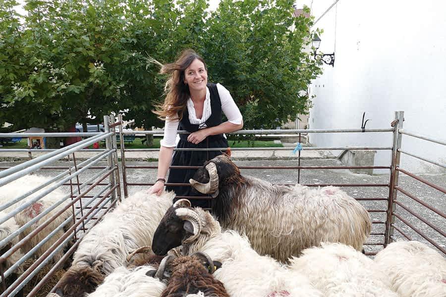 """PRIMER PLANO – Monika Ruiz de Larramendi, pastora – """"La mujer ha desempeñado un papel muy importante en el pastoreo"""""""