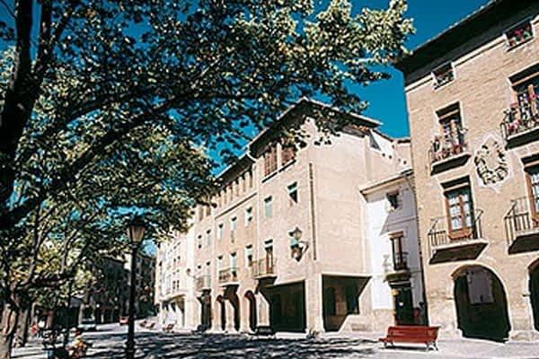 La plaza Santiago fue escaparate para 22 puestos de anticuarios