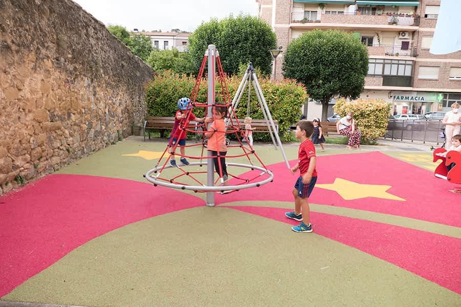 Dos nuevos parques infantiles lucen nuevo equipamiento