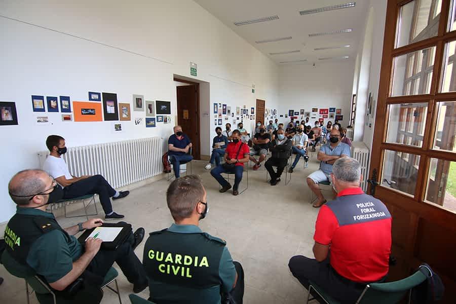 Policías y hosteleros llaman a la responsabilidad ciudadana y el cumplimiento de las normas