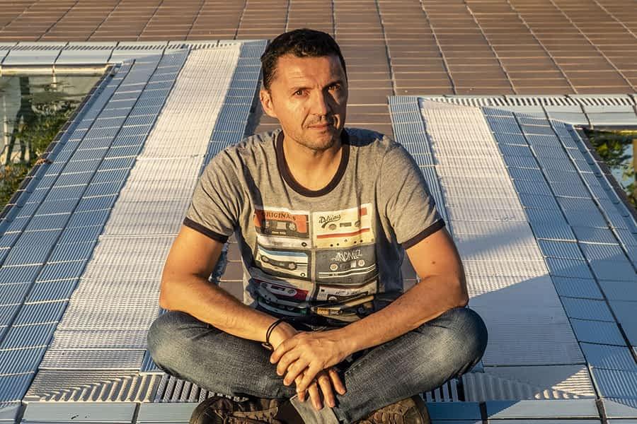 """PRIMER PLANO – Kike Balenzategui, fotógrafo – """"Si no eres consciente de  la desigualdad, no puedes dar pasos hacia  la solución"""""""