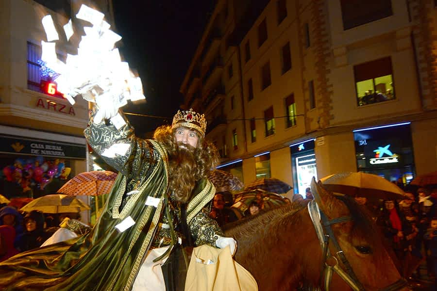 Una rápida llegada de los Reyes a la plaza marcó la cabalgata de Estella