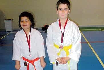 Medallas para los pequeños karatecas del Gimnasio El Puy