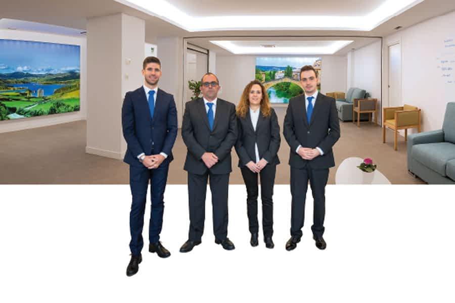 Mikel Idoate, gerente de Izarra, Fernando Vázquez, Nahia Zudaire y Steven Leiper del nuevo velatorio de Estella-Lizarra ubicado en la calle de Fray Diego.