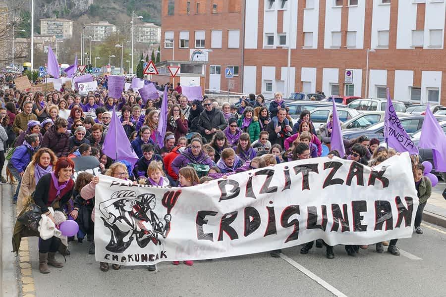 En torno a 3.000 personas nutrieron la manifestación del 8-M en Estella