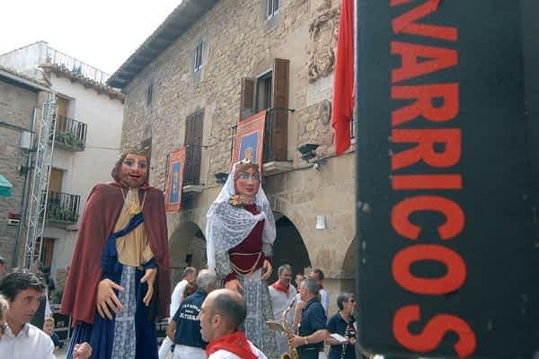 Los vecinos de Cirauqui acompañaron a la Santa Cruz en procesión