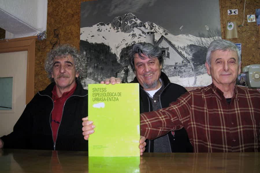 Un libro recoge la espeleología en Urbasa de los últimos 60 años