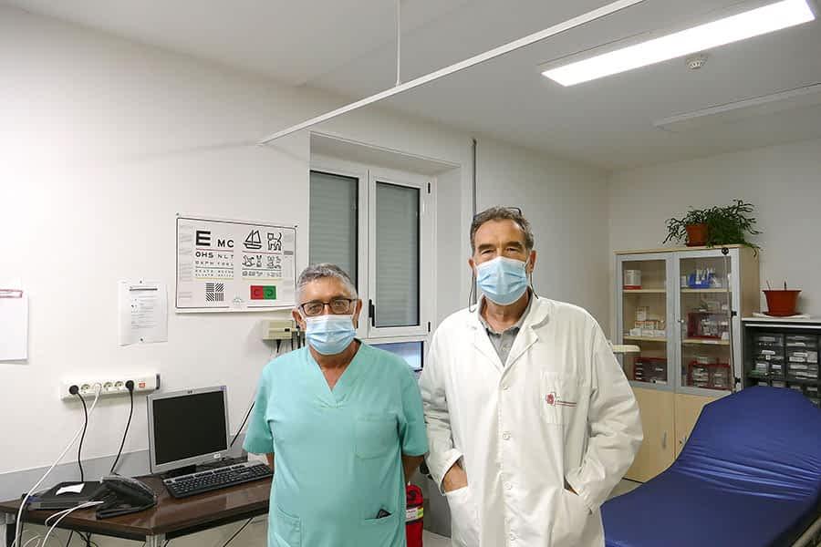 """PRIMER PLANO – Iñaki Abad y Peio Goiatxe, profesionales sanitarios – """"Hay que llamar por teléfono antes de acudir a Urgencias para evitar riesgo sanitario"""""""