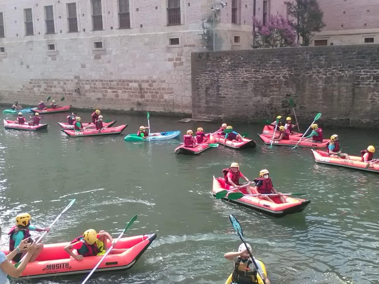 Jóvenes de Los Arcos disfrutaron de los kayaks por río Ega en Estella